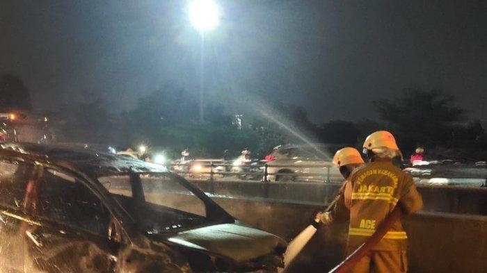 Mobil Minibus Terbakar di Jalan TB Simatupang Jakarta Selatan, Korsleting Lampu Jadi Pemicu